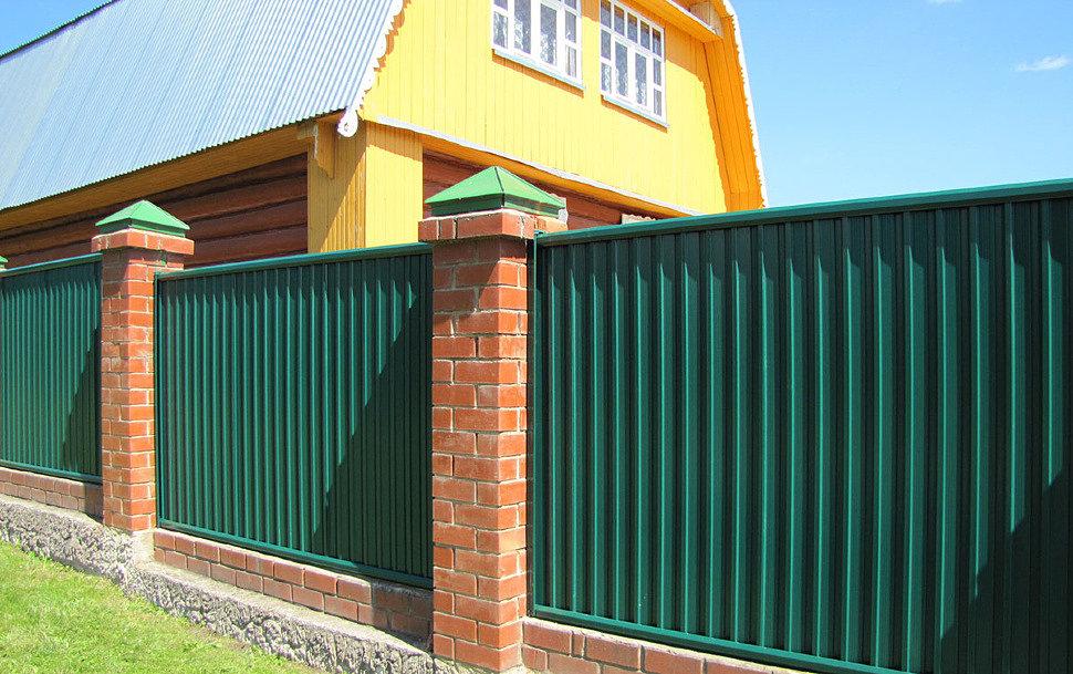 Какой забор из профнастила установить на даче?