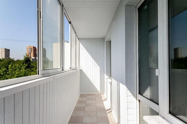 Выбираем остекление для балкона – пластиковое или алюминиевое?